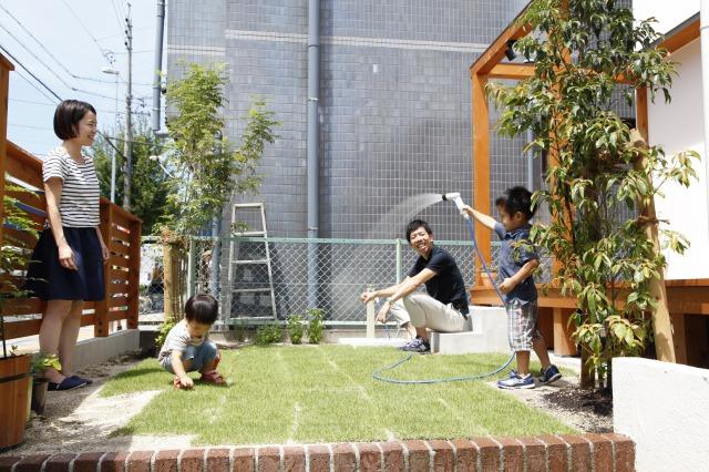 アトリエプラス【デザイン住宅、子育て、自然素材】リビング前の広いウッドデッキは部屋の一部のように使え、子供達の外遊びを安心して見守る事が出来る