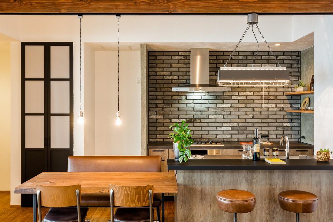 アトリエプラス【岡崎市井田町稲場2-1・モデルハウス】スタイリッシュなキッチン横には、手作りのダイニングテーブル。稼働棚やパントリーもあり、収納力抜群