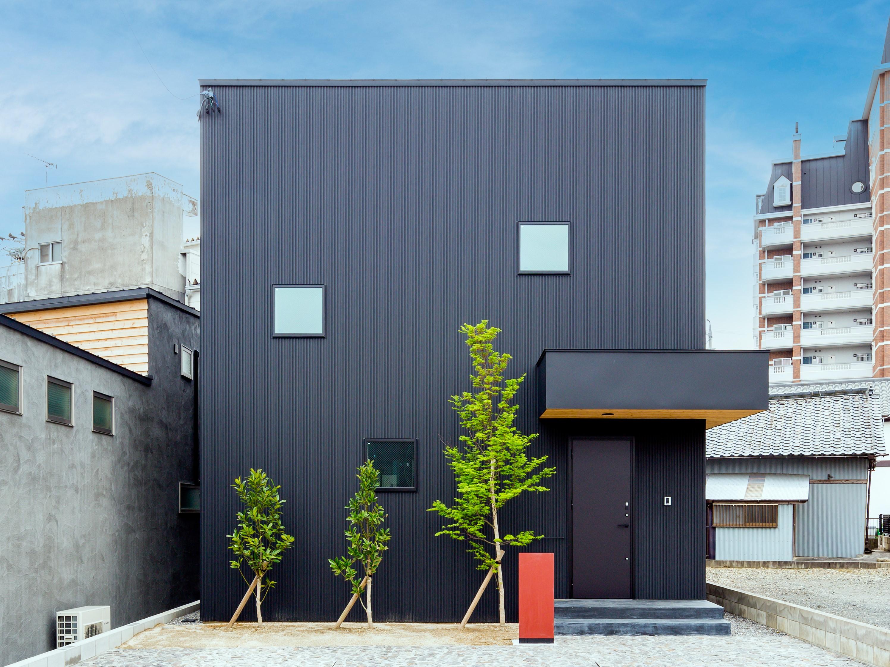アトリエプラス【岡崎市井田町稲場2-1・モデルハウス】ダークブルーのガリバリウム鋼板の外壁。車を3台置けるスペースも等身大のファミリー向き