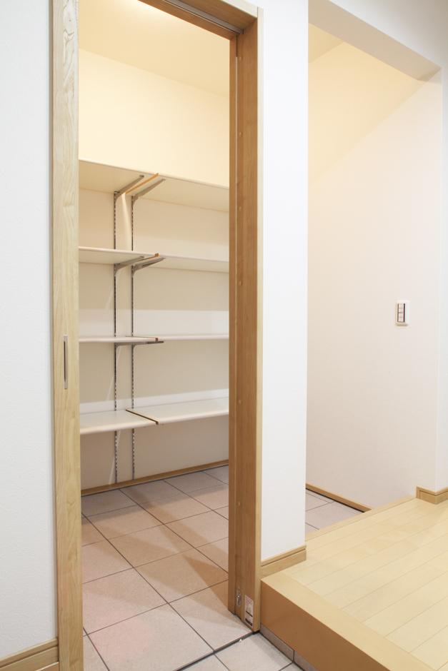 AS STYLE (アズ スタイル)【デザイン住宅、間取り、ガレージ】2.3畳のシューズクローク。急な来客時はロールスクリーンを閉めることで、常に綺麗な玄関を保てるようにしている