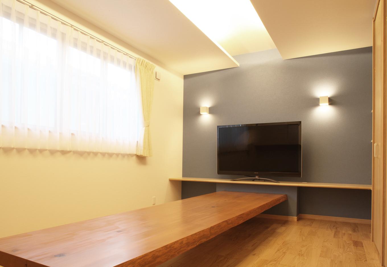 AS STYLE (アズ スタイル)【デザイン住宅、間取り、ガレージ】主照明を無くし間接照明にすることで、部屋全体の雰囲気をお洒落に。ダイニングも兼ねているリビングには3.6mの1枚板でテーブルを特注で作り、実用性とデザインの両立をしている