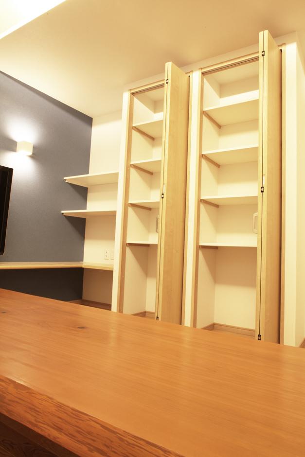 AS STYLE (アズ スタイル)【デザイン住宅、間取り、ガレージ】リビングに大容量の収納を設けることで、物が乱雑になりがちなリビングをスッキリさせる工夫をしている。また、造作とのつながりで収納自体もデザインの1つに