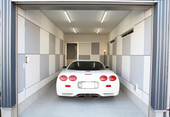 AS STYLE (アズ スタイル)【デザイン住宅、間取り、ガレージ】男性は憧れる人の多いビルトインガレージ。壁を市松模様にデザインし、ちょっとしたアクセントに。奥の扉から店舗・玄関ホールに繋がっており、生活動線も考え作られている