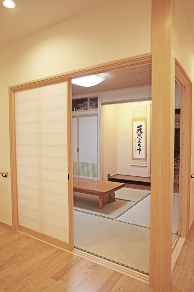 AS STYLE (アズ スタイル)【子育て、二世帯住宅、インテリア】和室と廊下を襖ではなく障子で仕切ることで、廊下に広縁の雰囲気を持たせ、空間の広がりを感じさせている