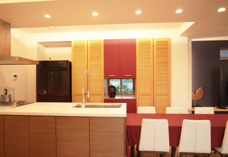AS STYLE (アズ スタイル)【子育て、二世帯住宅、インテリア】LDKの雰囲気に合わせ、食器棚を造作。エンジの扉がオリジナル感を際立たせている