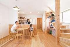 造作キッチンや手作り雑貨が映える、無垢の木が香る家
