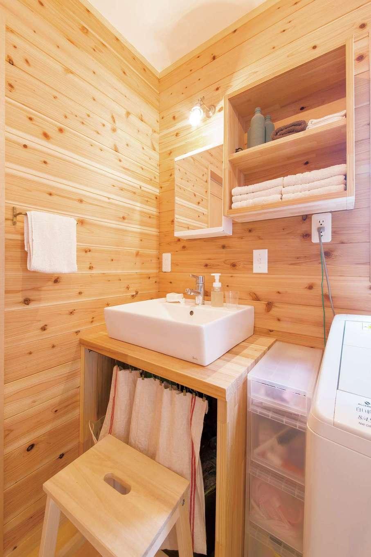 絆家  (きずなや)【1000万円台、子育て、狭小住宅】ログハウス調の洗面室。造作された洗面台や収納に、手作りカーテンや雑貨類が似合う