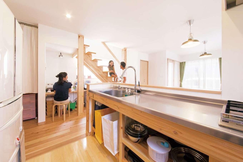 絆家  (きずなや)【1000万円台、子育て、狭小住宅】奥さまがオーダーしたキッチンは、調理台下の収納が豊富。扉がなく湿気もこもらない