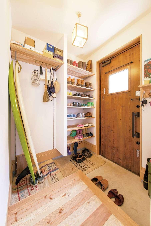 絆家  (きずなや)【1000万円台、子育て、狭小住宅】ご主人のサーフボードが収まる玄関スペース