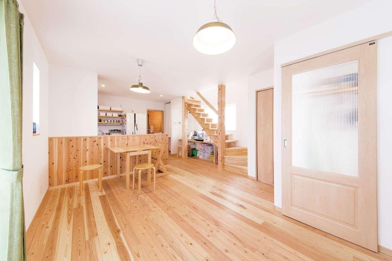 絆家  (きずなや)【1000万円台、子育て、狭小住宅】1階はLDKと水回り、2階に夫妻の寝室と子ども部屋を設計。適材適所の収納のおかげで、リビングは常に広くスッキリ