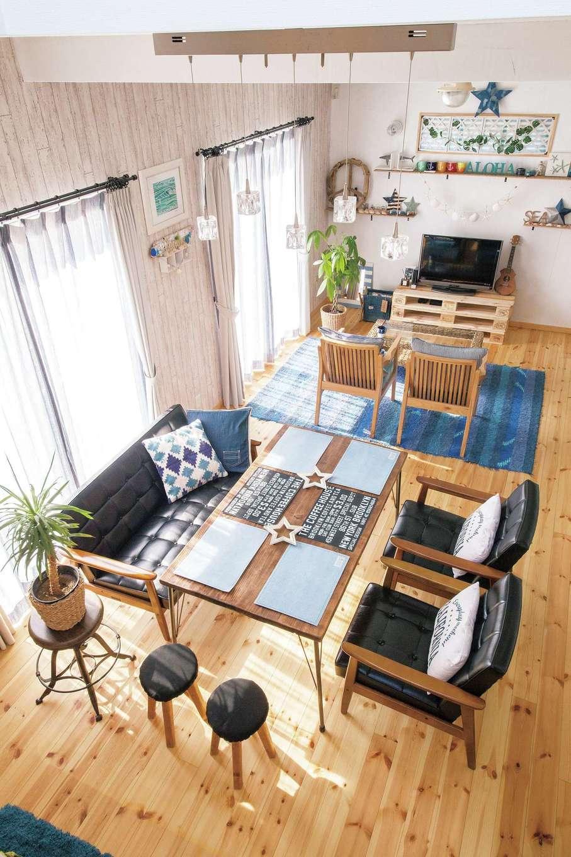 絆家  (きずなや)【1000万円台、狭小住宅、インテリア】「階段から見下ろすLDKの姿が大好き」とKさん。ブルーの小物が映える