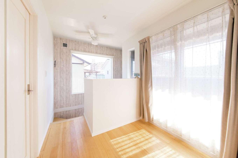 絆家  (きずなや)【1000万円台、狭小住宅、インテリア】階段を上ると、ベランダに面した2階ホールへ。大きなガラス窓が印象的