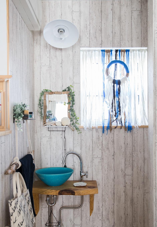 絆家  (きずなや)【1000万円台、狭小住宅、インテリア】ちょっとした手洗い洗面もこだわってセレクト。ターコイスブルーの色合いが際立つ