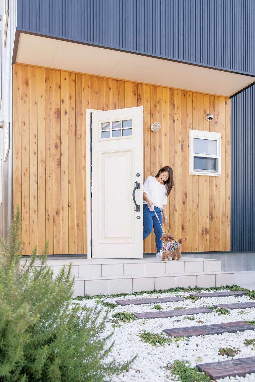 絆家  (きずなや)【1000万円台、狭小住宅、インテリア】ガルバリウム鋼板と木のコントラストがモダンな外観。トイプードルのコナちゃんとお散歩へ
