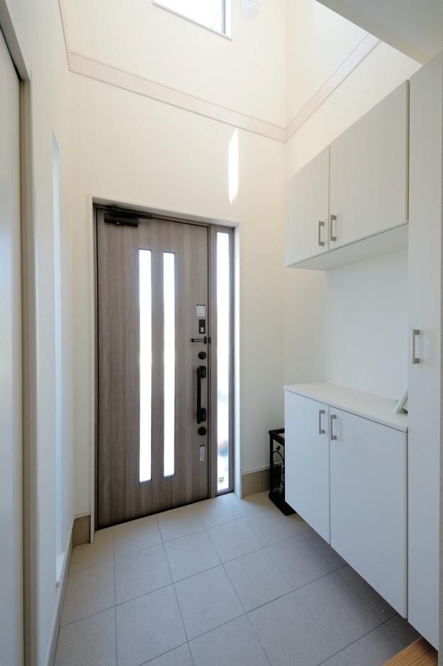絆家  (きずなや)【1000万円台、デザイン住宅、省エネ】2階まで吹き抜けの天井を持つ玄関ホールは、明るく開放感いっぱい