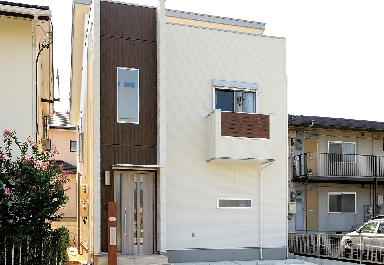 絆家  (きずなや)【1000万円台、デザイン住宅、省エネ】白×茶の組み合わせがモダンな外観。バルコニーもデザインの一部に