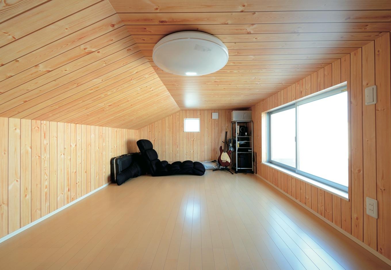 絆家  (きずなや)【1000万円台、デザイン住宅、省エネ】小屋裏収納には木目調のクロスを張り、居心地の良い空間に