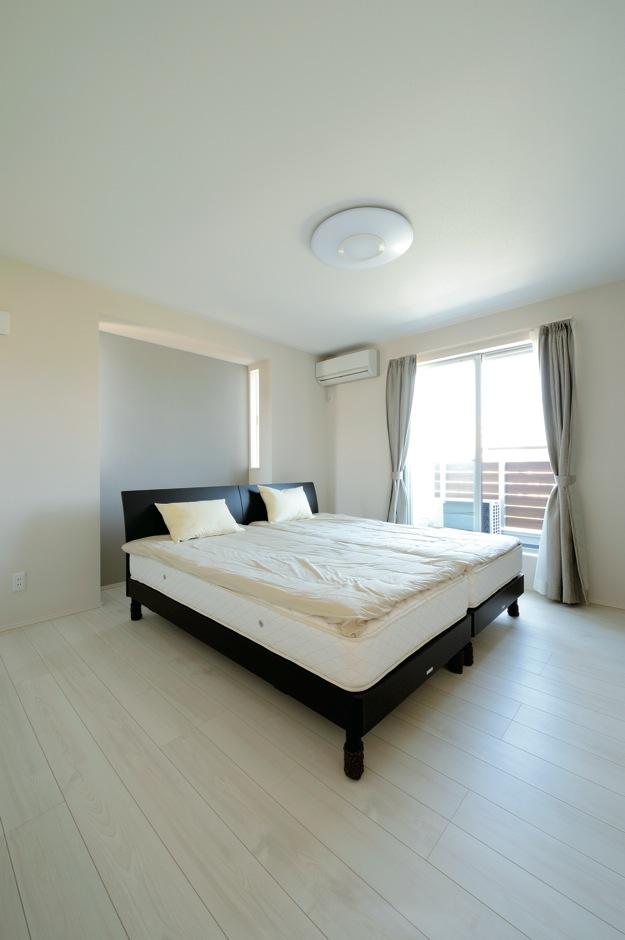 絆家  (きずなや)【1000万円台、デザイン住宅、省エネ】ごくシンプルな造りの寝室は、枕元の壁を突元の壁を突出させ、採光窓を付けてアクセントに