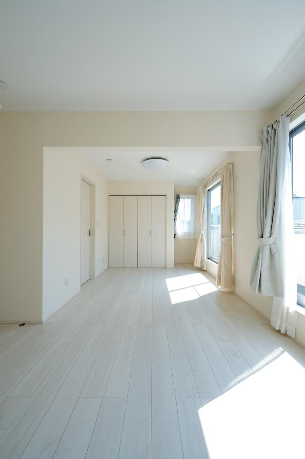 絆家  (きずなや)【1000万円台、デザイン住宅、省エネ】真っ白な壁や床が清々しい子ども室。ここを裸足で駆け回る子どもたちの姿を見る日が待ち遠しい