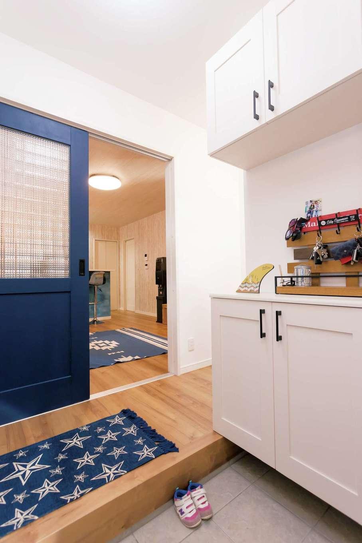 絆家  (きずなや)【1000万円台、趣味、インテリア】深いブルーに塗ったリビングのドアが、白い壁に映える