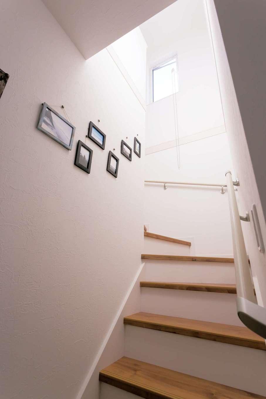絆家  (きずなや)【1000万円台、趣味、インテリア】階段の壁に海の写真をディスプレイ