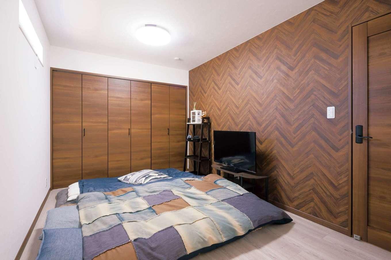 2階寝室にもリビングと同じ壁紙を採用 キッチンのカウンターチェアと