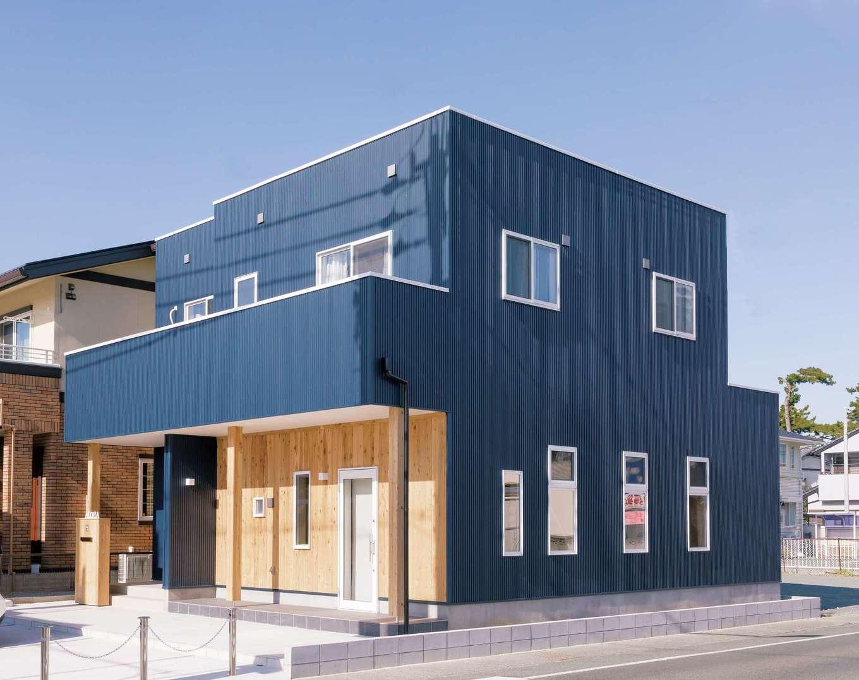 絆家  (きずなや)【1000万円台、趣味、インテリア】写真向かって右側1階がサロン用空間と玄関。左側が住居用玄関