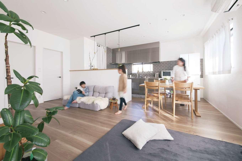 絆家  (きずなや)【デザイン住宅、二世帯住宅、間取り】南向きのLDKは260cmの天井高と、白い漆喰壁が広さを演出。左手には子ども部屋がある