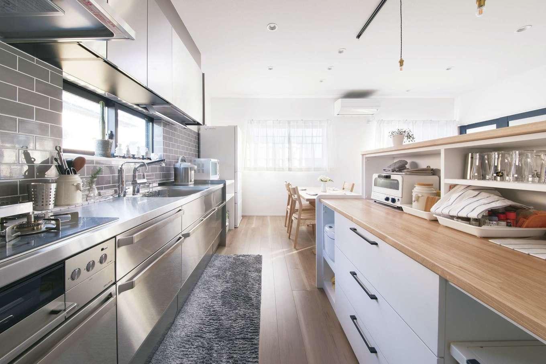 絆家  (きずなや)【デザイン住宅、二世帯住宅、間取り】ステンレス製キッチンにグレーのタイル壁が映える