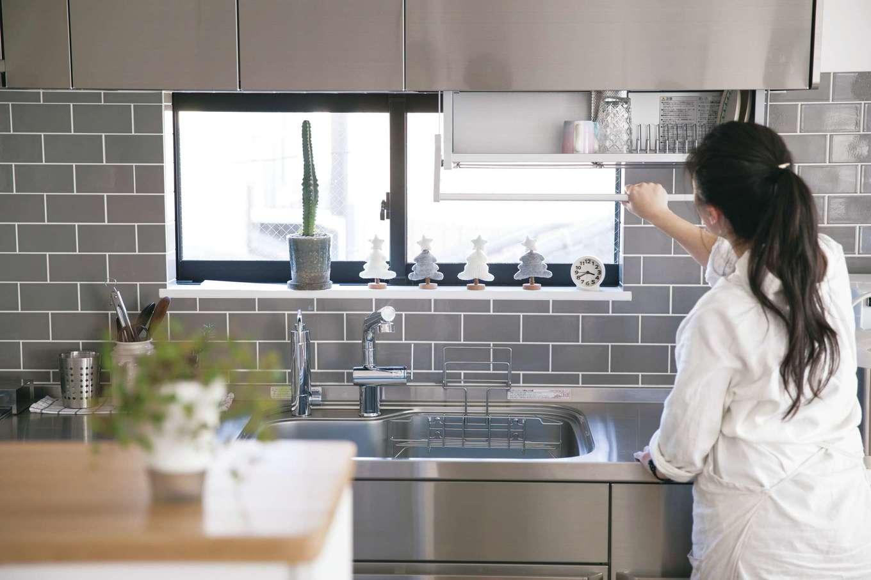 絆家  (きずなや)【デザイン住宅、二世帯住宅、間取り】冷蔵庫を起点に、ステンレス製キッチン、反対側の盛り付け&収納カウンターまでを一直線で繋いだ。キッチン上部に食器乾燥棚があり、無駄がない