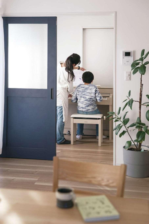 絆家  (きずなや)【デザイン住宅、二世帯住宅、間取り】リビングと洗面の間のフリースペースにピアノを設置
