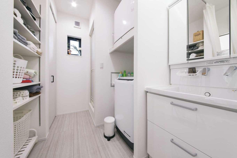 絆家  (きずなや)【デザイン住宅、二世帯住宅、間取り】洗面奥には、帰宅が遅くなる時でも親世帯に気を使うことなく使えるシャワールームを設置