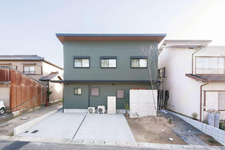 絆家  (きずなや)【デザイン住宅、二世帯住宅、間取り】ガルバリウム鋼板の外壁に合わせ、外構は自分たちで手がけた