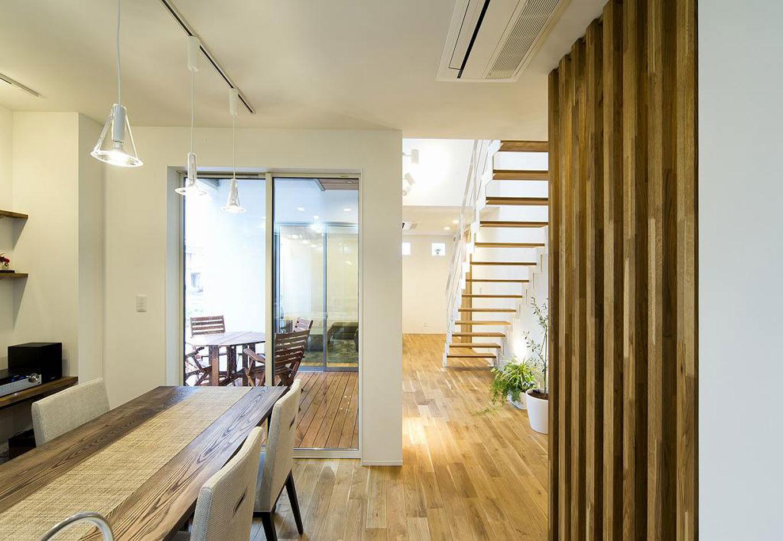 HAPINICE -ハピナイス-【デザイン住宅、間取り、建築家】空間のつながりを大切にしながらも、家の中心にある中庭スペースが程よい距離を持たせてくれ、各自のプライベートが守られている