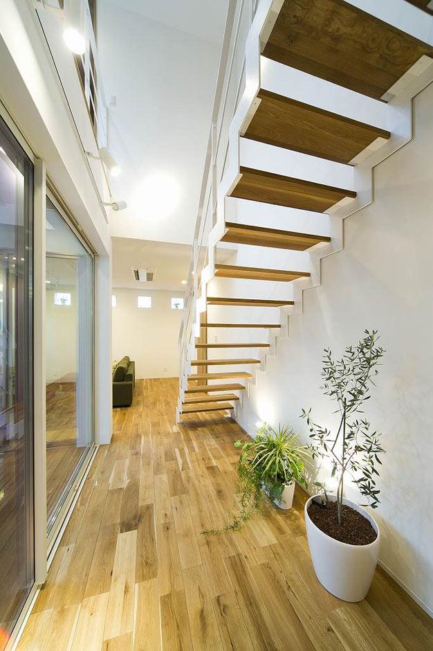 HAPINICE -ハピナイス-【デザイン住宅、間取り、建築家】ストリップ階段で目線を通し空間に広がりを持たせている。光も遮ることがないので室内はいつも明るく開放的