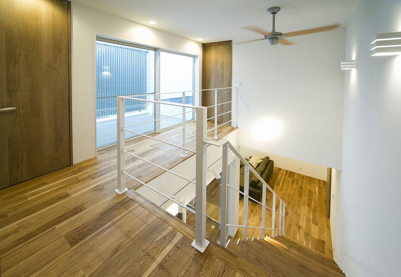 HAPINICE -ハピナイス-【デザイン住宅、間取り、建築家】大きな窓からはたくさんの光がふりそそぎ、明るい空間を生み出している