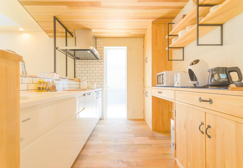 HAPINICE -ハピナイス-【デザイン住宅、間取り、建築家】明るい光が差し込み、白とナチュラルな木目の色で統一されたキッチンスペース