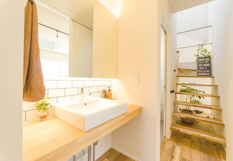 HAPINICE -ハピナイス-【デザイン住宅、間取り、建築家】オリジナルの洗面カウンターには大きな鏡とサブウェイタイルをあしらい、シンプルな中にもこだわりが感じられる空間に