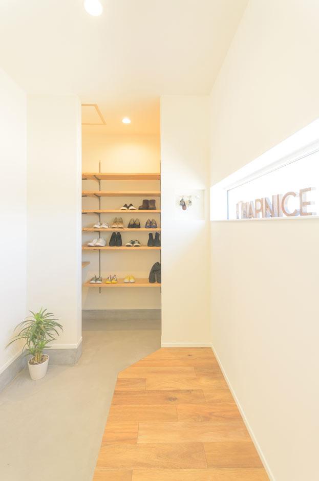 HAPINICE -ハピナイス-【デザイン住宅、間取り、建築家】玄関を入って左手には、大容量のシューズクローゼットが。可動棚なので、自由に高さを変えることができる