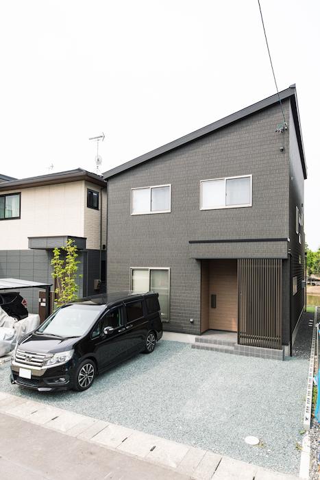 建築システム(狭小住宅専門店)【デザイン住宅、子育て、スキップフロア】外観はダークな色遣いでシックな印象に。駐車スペースも十分に確保。片流れの屋根が印象的