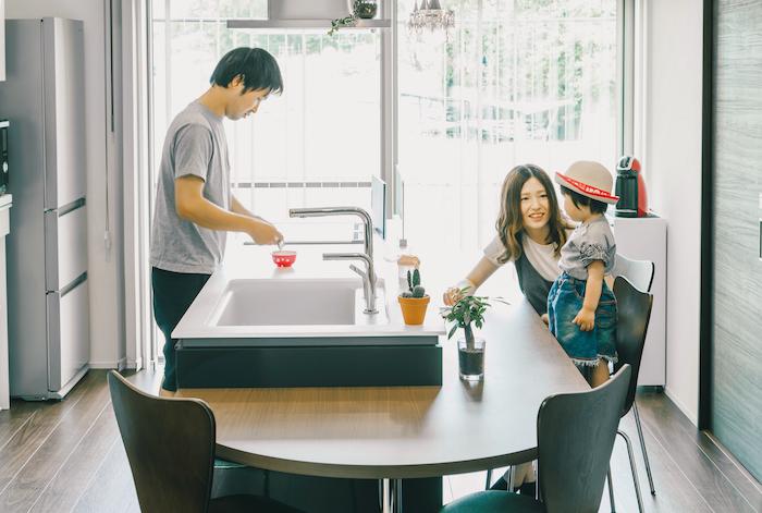 建築システム(狭小住宅専門店)【デザイン住宅、子育て、スキップフロア】家族の距離をグッと近づけてくれるダイニングキッチン。奥はデッキへとつながる