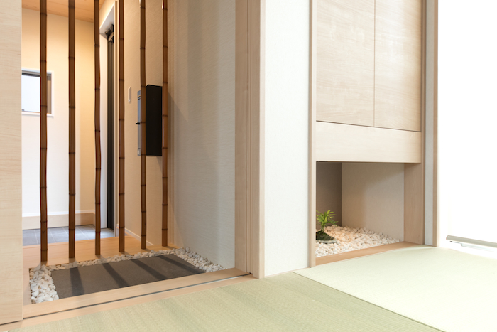建築システム(狭小住宅専門店)【デザイン住宅、子育て、スキップフロア】和室の玄関ホール側には、竹の格子と敷石のある踏み込みを設けて和の雰囲気を強調