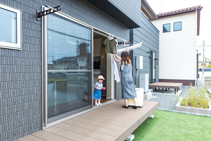 建築システム(狭小住宅専門店)【デザイン住宅、子育て、スキップフロア】洗濯物を干したり、子どもたちが遊べるデッキとお庭。水回りとの動線も短いのも奥さまとしては嬉しいポイント