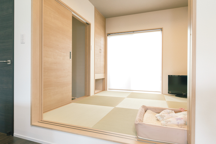 建築システム(狭小住宅専門店)【デザイン住宅、子育て、スキップフロア】リビングから続く和室。将来は夫婦の寝室にして、1階だけで生活できるようにも考慮