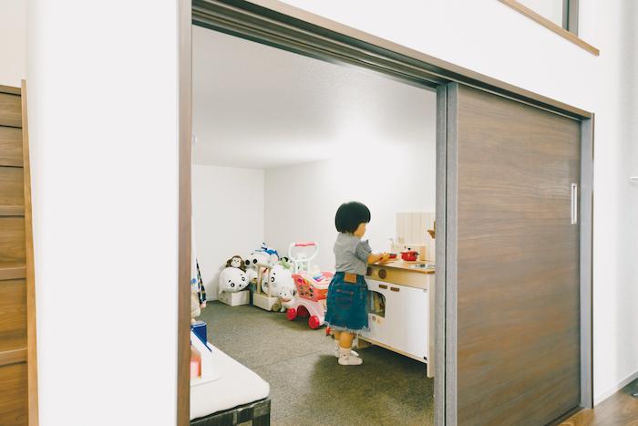 建築システム(狭小住宅専門店)【デザイン住宅、子育て、スキップフロア】中2階下の収納スペースは長女のクローゼットも兼ね、着替えもここでできる。子どもにはたまらない隠れ家スペースだ