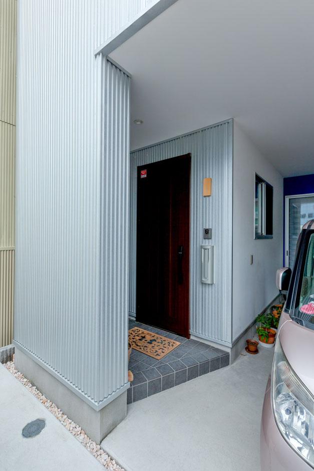 建築システム(狭小住宅専門店)【狭小住宅、屋上バルコニー、ガレージ】雨に濡れない玄関、そして濡れずに乗り降りや、荷物の上げ下ろしができるガレージ。梅雨時はこのスタイルが大活躍
