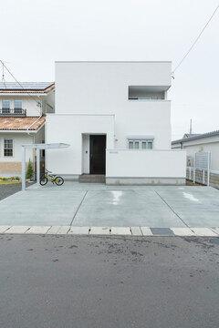 真っ白なキュービックスタイル。21畳の広いリビングのある2階建て住宅