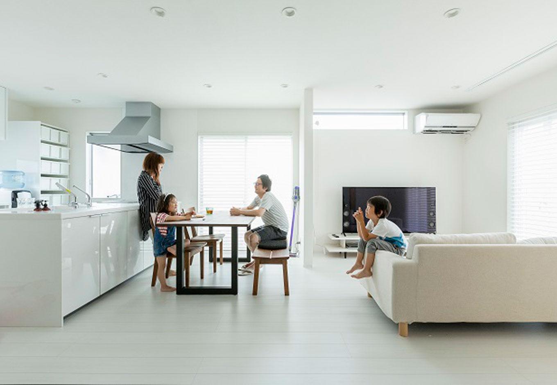 建築システム(狭小住宅専門店)【デザイン住宅、間取り、インテリア】フルフラット対面キッチン、家具、家電の配置を計画段階から決めることで窓の位置と光の差し込みまで完璧な調和が保たれた空間。家族団らんの楽しい時間がいつまでも続くLDKである