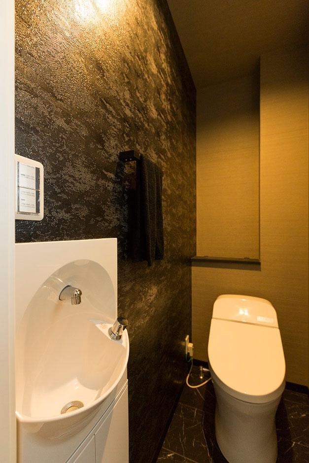 建築システム(狭小住宅専門店)【デザイン住宅、間取り、インテリア】トイレは黒とグレーの壁紙を使い、シックで非日常な空間に。他の間取りとのギャップを楽しめる造りは満足度も高い