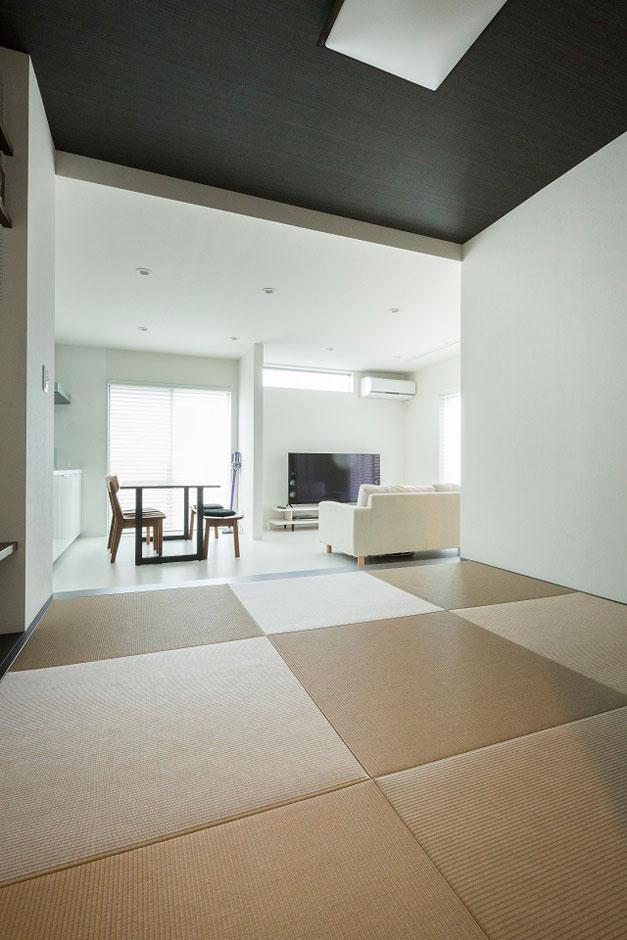 建築システム(狭小住宅専門店)【デザイン住宅、間取り、インテリア】リビング脇には落ち着きのある畳スペース4.5畳。来客はもちろん、畳でのお昼寝も楽しみの1つとなっている